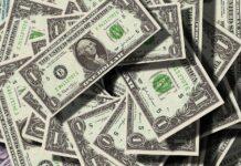 Dólar recua
