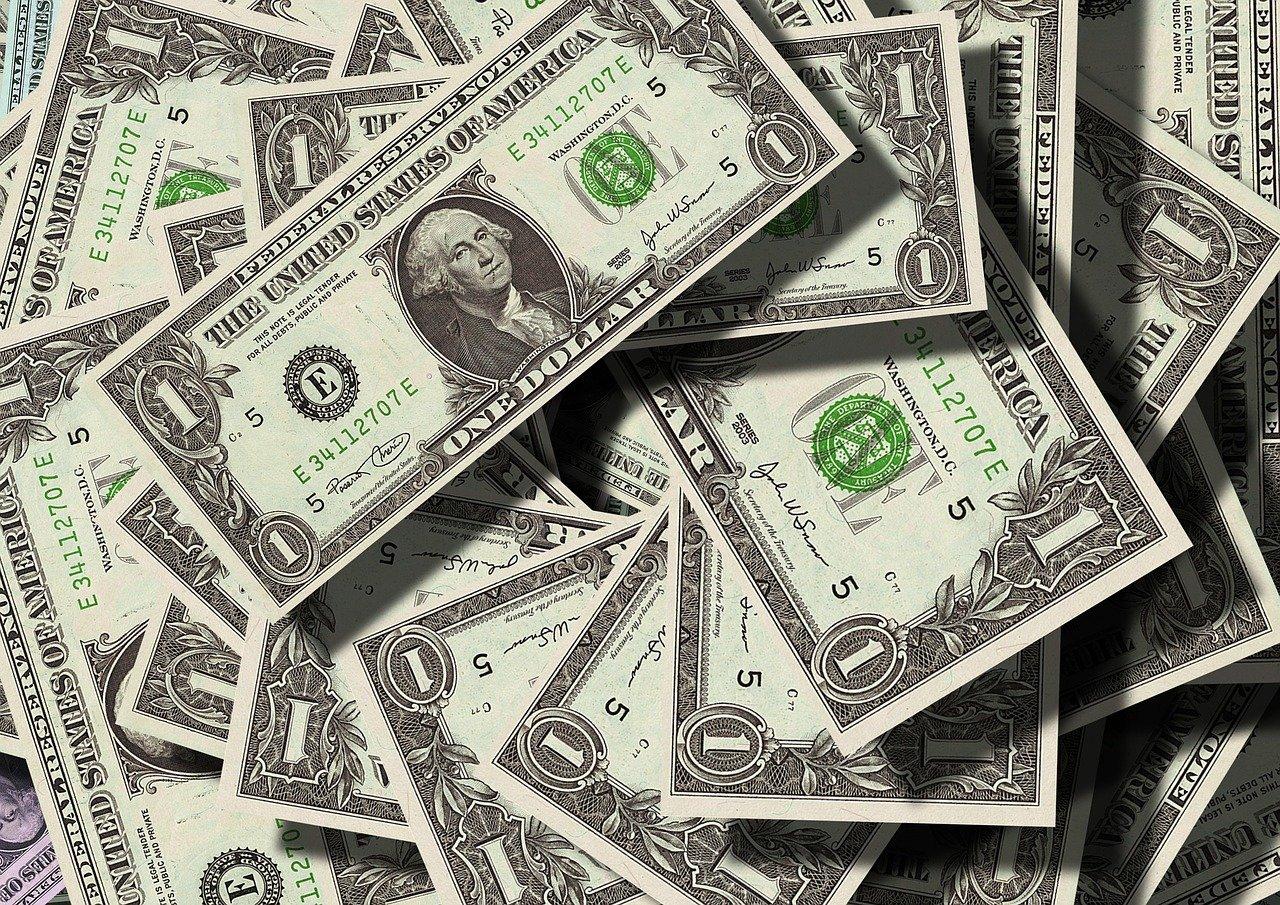 Dólar amplia queda
