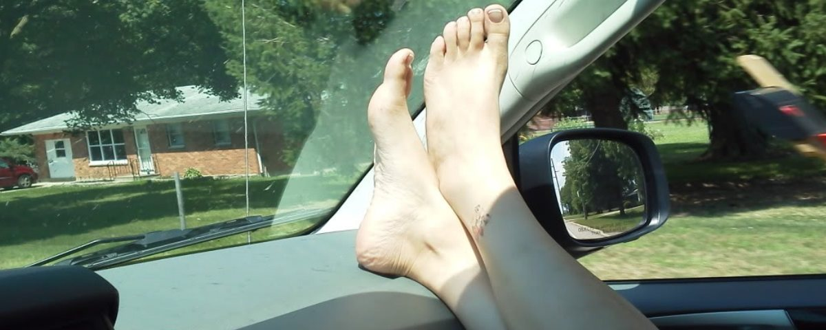 com os pés no painel