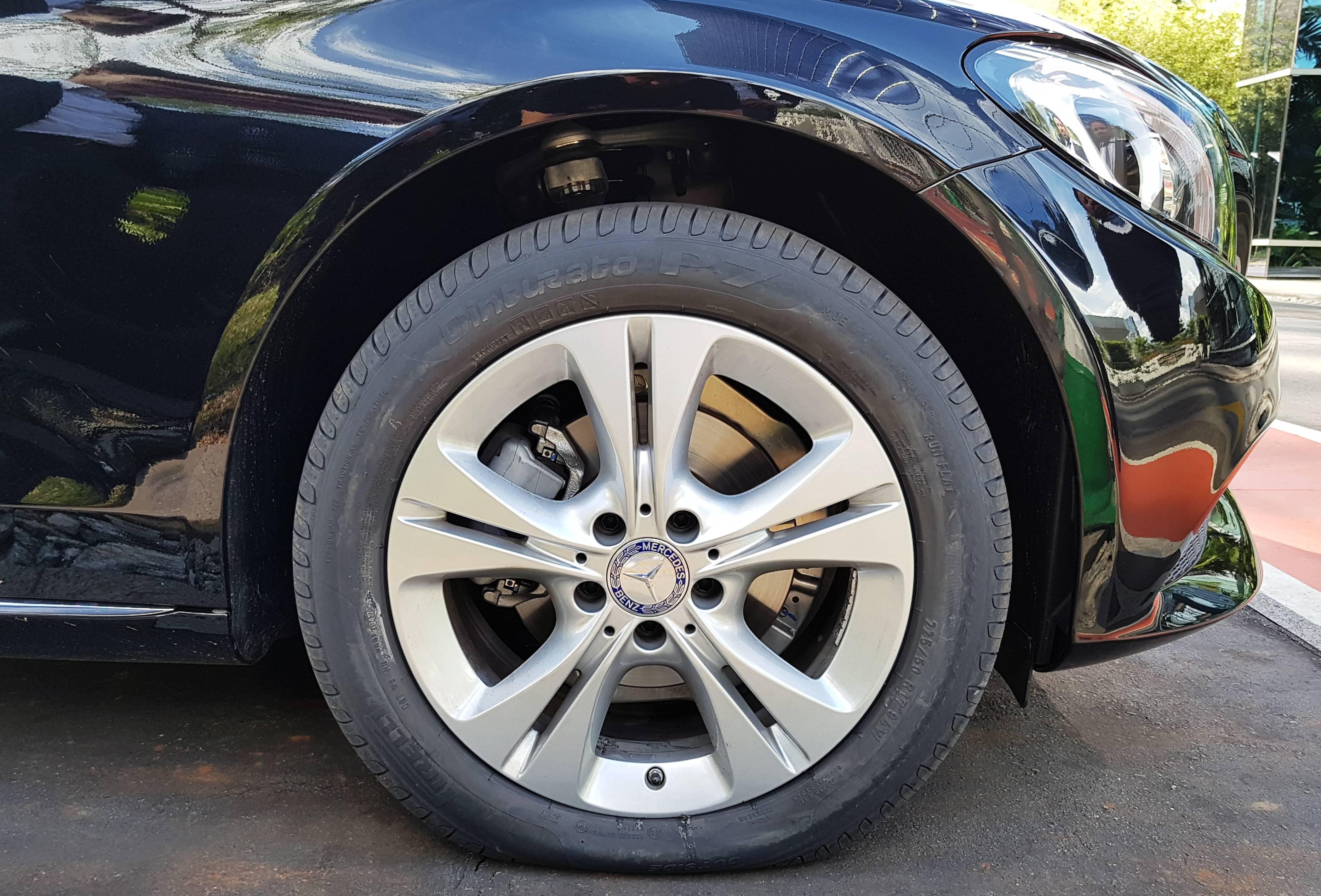 Sem ar na câmara, o peso do carro fica apoiado no flanco do pneu Run Flat (Ulisses Cavalcante/Quatro Rodas)