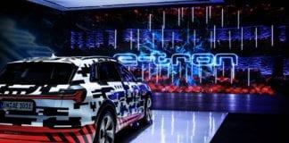 """Além de revelar o E-Tron, a Audi adiantou em seu comunicado que planeja """"anunciar mais sobre o futuro da marca"""", sem dar mais detalhes sobre isso. A aposta mais segura é que a fabricante de Ingolstadt irá falar mais sobre sua estratégia para carros eletrificados, como o E-Tron Sportback, previsto para o ano que vem, e o E-Tron GT, um cupê que irá brigar diretamente com o Tesla Model S e que deve ser lançado somente na próxima década."""