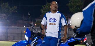 """Ronaldinho Gaúcho e seu """"rolê"""" na moto Traxx"""