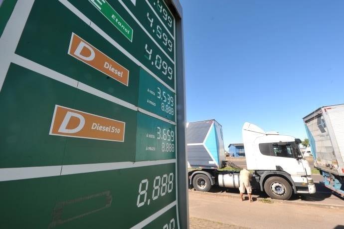 Governo deve manter desconto de R$ 0,46 no diesel