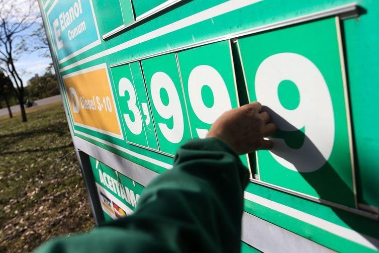 Padilha confirma desconto de R$ 0,46 para o diesel até dezembro