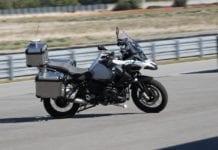 Conheça a moto da BMW que dirige sozinha