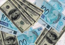 Dólar fecha em queda