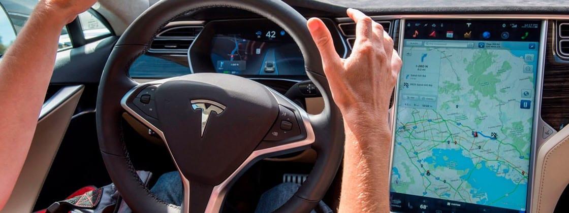 Tesla com Autopilot bate