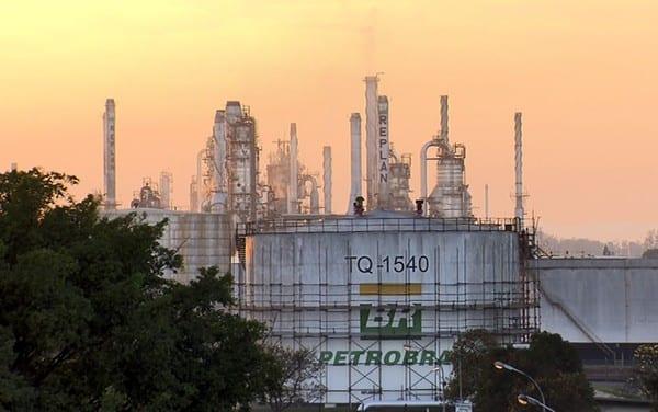 Petrobrás anuncia programa de investimento A Petrobrás lançou um programa que prevê investimentos de aproximadamente US$ 300 milhões nas refinarias do eixo Rio-São Paulo. O plano é que esse valor seja inserido até 2025 para aumentar o desempenho das cinco refinarias, que não estão à venda.